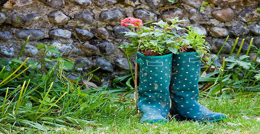 Use old rain boots for DIY planters