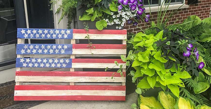 Easy DIY pallet flag instructions.